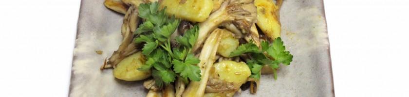 コプリーヌとシメジ、舞茸などキノコとジャガイモのガーリックソテー